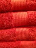 Rode handdoeken/de dichte omhooggaande textuur van de stoffenstapel stock fotografie