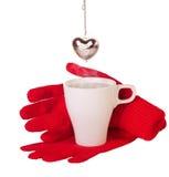 Rode handschoenen en het brouwen thee Stock Afbeeldingen