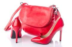 Rode handtas en hoge hielschoenen Royalty-vrije Stock Fotografie