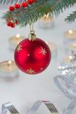 Rode hangende bal en Kerstmislichten Stock Fotografie