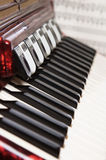 Rode harmonika en bladmuziek stock foto's