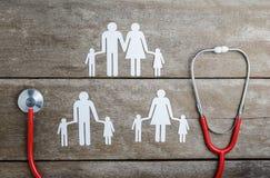 Rode hart, stethoscoop en document kettingsfamilie op houten lijst Stock Fotografie