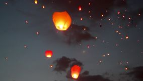 Rode hart-vormige Chinese lantaarn in de nachthemel lengte Een grote groep Chinese vliegende lantaarns stock video