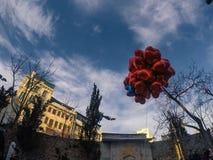 Rode hartballons in bewolkte dag met blauwe hemel royalty-vrije stock afbeelding