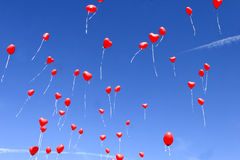 Rode hartballons in de hemel Stock Afbeeldingen