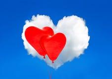 Rode hartballons en witte wolk in blauwe hemel Rood nam toe Stock Fotografie