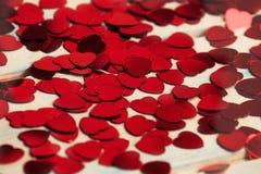 Rode hartconfettien Het concept van Valentinsda royalty-vrije stock afbeeldingen