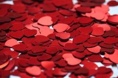 Rode hartconfettien r stock afbeelding
