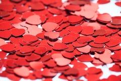 Rode hartconfettien r stock afbeeldingen