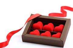 Rode harten in bruine doos Stock Foto