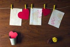 Rode harten die op de kabel hangen Stock Foto