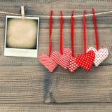 Rode harten en het onmiddellijke kader van de polaroidfoto Rood nam toe Stock Fotografie