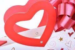 Rode harten en rode lintachtergrond Stock Foto