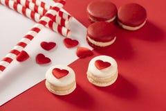 Rode harten met Franse rode macaron Stock Foto's