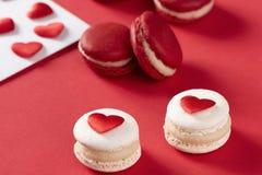 Rode harten met Franse rode macaron Royalty-vrije Stock Foto's