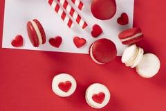 Rode harten met Franse rode macaron Stock Fotografie