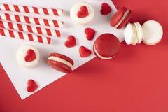 Rode harten met Franse rode macaron Stock Afbeelding