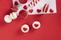 Rode harten met Franse rode macaron Royalty-vrije Stock Afbeeldingen