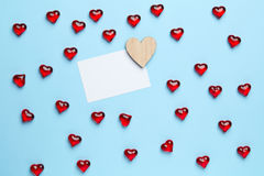 Rode Harten op Blauwe Achtergrond Stock Afbeeldingen