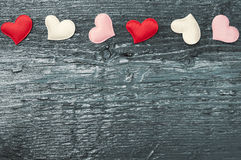 Rode harten op de donkere raad Stock Afbeelding