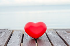 Rode harten op de houten lijst in het strand Stock Foto's