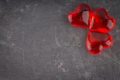 Rode harten op een grijze achtergrond Het symbool van de dag van minnaars De dag van de valentijnskaart Concept 14 Februari Royalty-vrije Stock Foto's