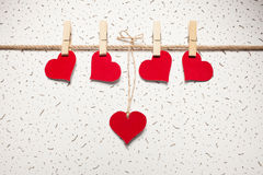 Rode harten op een wasknijper Stock Afbeelding
