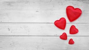 Rode harten op hout Stock Afbeeldingen