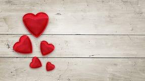 Rode harten op hout royalty-vrije stock afbeeldingen