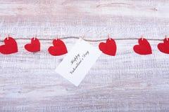 Rode harten op houten achtergrond De Kaart van de Groet van de Dag van valentijnskaarten Hoogste mening met exemplaarruimte Royalty-vrije Stock Afbeeldingen