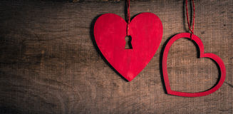 Rode harten op oud hout met exemplaarruimte. Hart met een sleutelgat. Royalty-vrije Stock Fotografie