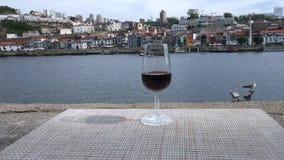 Rode Havenwijn die Vila Nova de Gaia, Porto, Portugal overzien stock footage