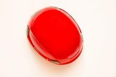 Rode helm op witte achtergrond Hoogste mening Het beklimmen van apparatuur Stock Foto's