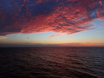 Rode hemel na overzeese zonsondergang Royalty-vrije Stock Foto's