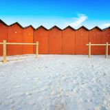 Rode het baden hutten op een wit strand Stock Afbeelding