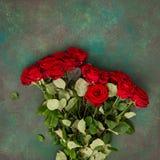 Rode het boeket nam achtergrond van de bloemen de donkere steen toe Royalty-vrije Stock Foto's