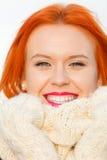 Rode het haarvrouw van het schoonheidsgezicht in warme kleding openlucht stock fotografie