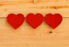 Rode het kartonharten van liefdevalentijnskaarten op ruwe pijnboomachtergrond Royalty-vrije Stock Afbeelding