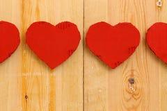 Rode het kartonharten van liefdevalentijnskaarten op ruwe pijnboomachtergrond Royalty-vrije Stock Afbeeldingen
