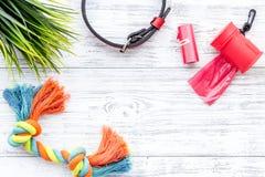 Rode het verzorgen hulpmiddelen voor opleidingshuisdier en speelgoed op licht houten achtergrond hoogste meningsmodel royalty-vrije stock afbeelding