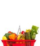 Rode het winkelen mand met groenten op wit Royalty-vrije Stock Afbeeldingen