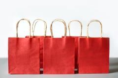 Rode het winkelen zakken van kringloopdiedocument op witte achtergrond wordt geïsoleerd Royalty-vrije Stock Fotografie