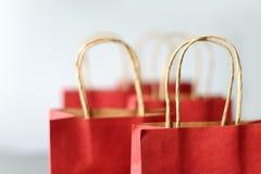 Rode het winkelen zakken van kringloopdiedocument op witte achtergrond wordt geïsoleerd Stock Fotografie
