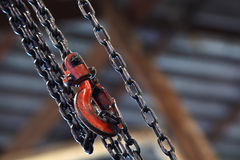 Rode hijstoestel en ketting op achtergrond Royalty-vrije Stock Foto's