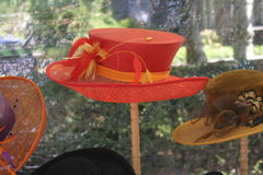 Rode hoed bij vertoning Stock Afbeelding