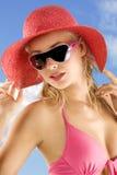 Rode hoeden blauwe hemel stock fotografie