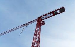 Rode hoge bouwkraan op een bouwterrein, schuin beeld van Stock Foto's