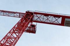 Rode hoge bouwkraan op een bouwterrein, schuin beeld van Royalty-vrije Stock Fotografie