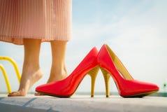 Rode hoge hiel klassieke schoenen openlucht royalty-vrije stock fotografie