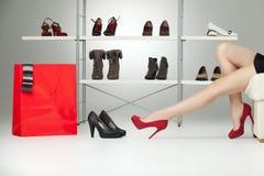 Rode hoge hielen op lange benen royalty-vrije stock afbeelding